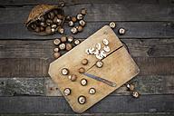 Crimini mushrooms on chopping board, knife - LVF004012