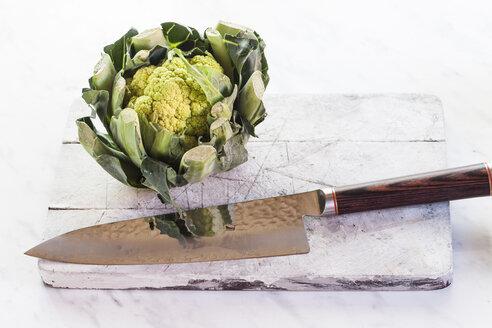 Green cauliflower and knife on chopping board - SBDF002341