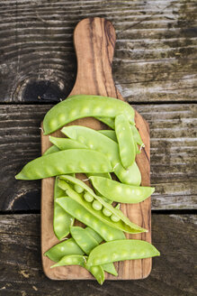 Snow peas on chopping board - SARF002214