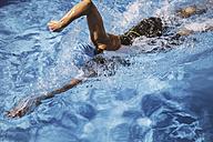Female triathlete swimming in pool - MFF002396