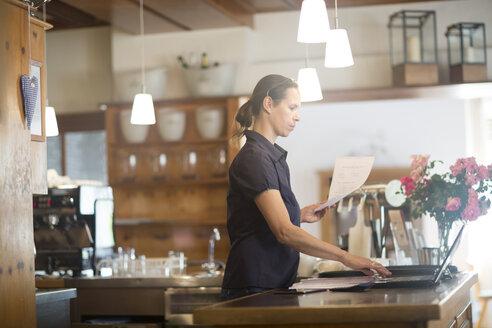 Waitress preparing bill at counter - SGF001927