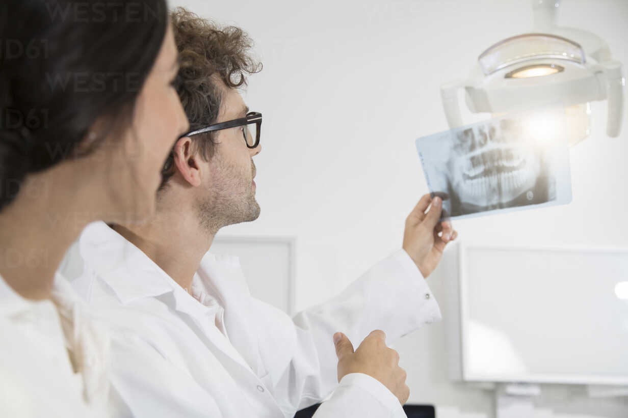 Two dentists in dental surgery discussing x-ray image - FKF001505 - Florian Küttler/Westend61