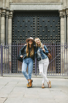 Spain, Barcelona, two young women in front of entrance portal - EBSF000934