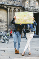 Spain, Barcelona, two young women reading map - EBS000940