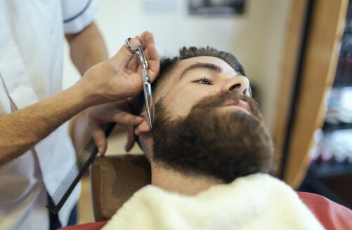 Barber cutting beard of a customer - MGOF000911