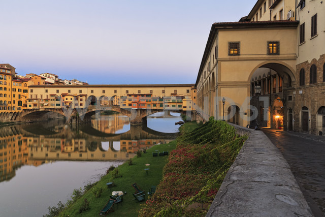 Italy, Florence, River Arno and Ponte Vecchio - FOF008312