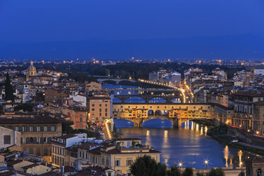 Italy, Tuscany, Florence, Cityscape, View of Arno river with Ponte Vecchio in the evening - FOF008337