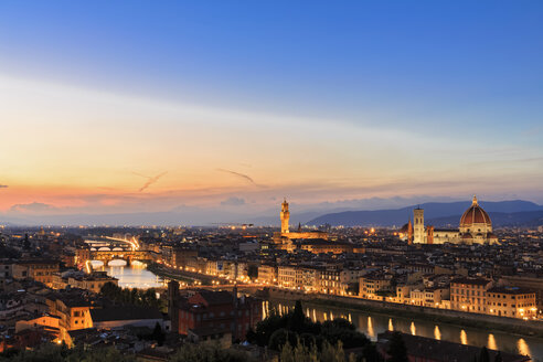 Italy, Tuscany, Florence, Cityscape, View of Arno river, Ponte Vecchio and Palazzo Vecchio in the evening - FOF008340