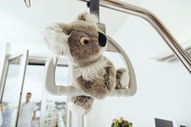 Toy koala hanging on bed gallow in hospital room - MFF002458