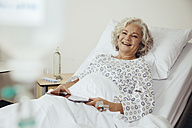 Senior woman in hospital - MFF002470