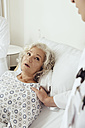 Senior woman in hospital looking worried - MFF002473