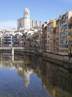 Spain, Girona, River Onyar with Santa Maria de Girona cathedral in background - JMF000361