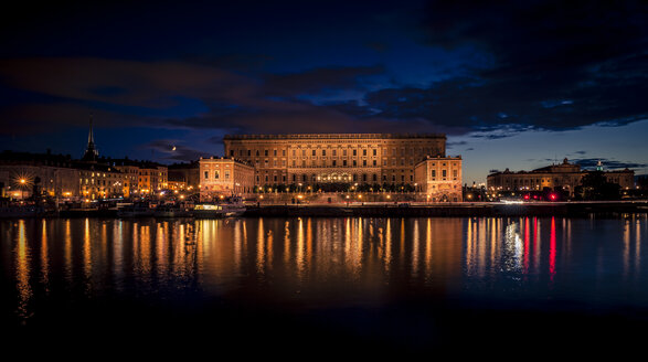 Sweden, Stockholm, view to royal palace at night - MPA000045