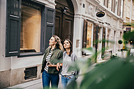 Austria, Vienna, two female friends exploring the old town - AIF000115