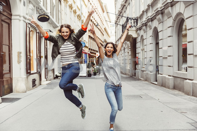 Austria, Vienna, two excited female friends in the old town - AIF000118