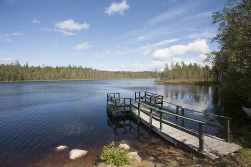Finland, Kuhmo, jetty at a lakeshore - ZCF000351