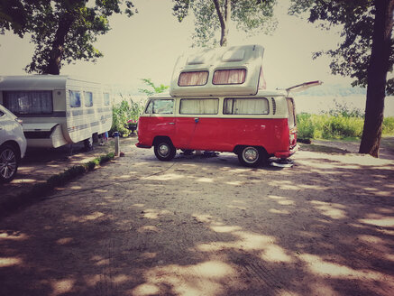 Van with roof tent on camping site - AL000614