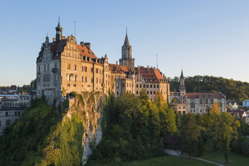 Germany, Baden Wuerttemberg, Sigmaringen, View of Sigmaringen Castle in the evening light - EL001668