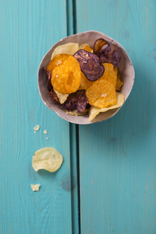 Bowl with different sorts of potato chips - MYF001186