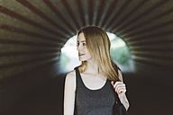 Young woman in a tunnel - GIOF000348