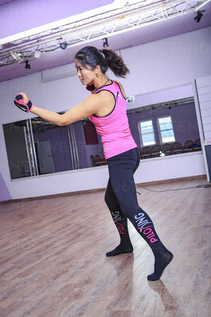 Asian woman exercising piloxing - VT000459 - Val Thoermer/Westend61