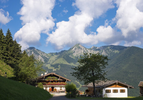 Germany, Bavaria, Chiemgau Alps, mountain inn Streichen with Breitenstein and Geigelstein - SIEF006843