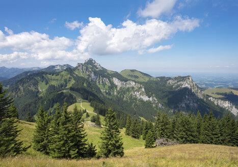 Germany, Bavaria, Chiemgau Alps, view from Hochplatte above Piesenhausen Hochalm to Kampenwand and Gederer Wand - SIEF006846