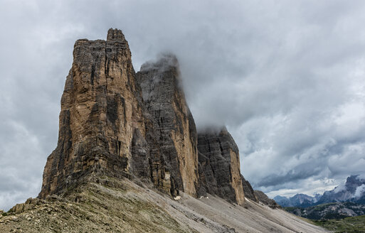 Italy, Alto Adige, Dolomites, view to Tre Cime di Lavaredo from Forcella Lavaredo on a cloudy day - LOMF000066