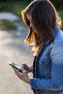 Teenage girl looking at smartphone - HCF000154