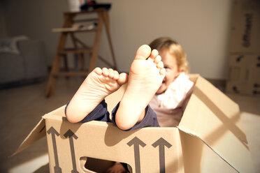 Happy girl inside cardboard box - TOYF001494