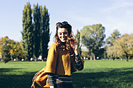 Stylish woman at the park on a sunny autumn day - GIOF000473