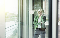 Portrait of blond businesswoman telephoning with smartphone - UUF005986