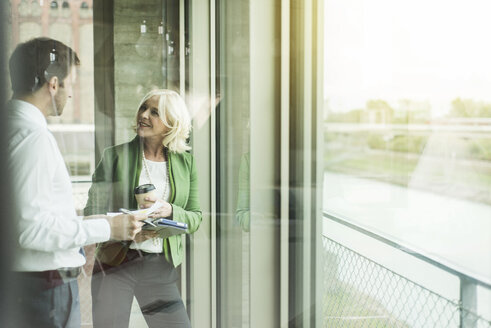 Businesswoman communicating with a business partner - UUF005992