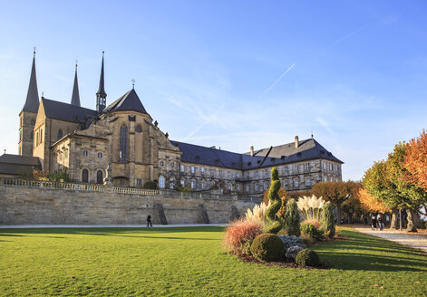 Germany, Bamberg, view to  Michelsberg Abbey with Public garden in the foreground - VT000471