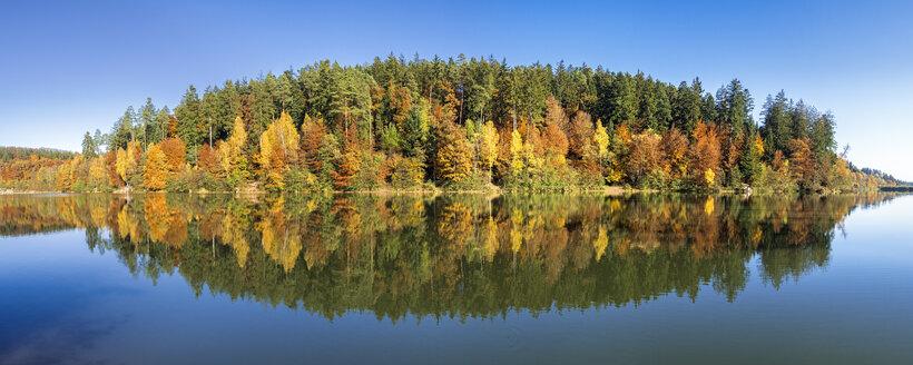 Germany, Baden-Wuerttemberg, Herrenbach reservoir in autumn - STSF000964