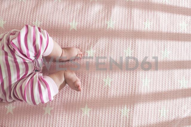 Baby girl lying in a cot, partial view - DEGF000578 - Deyan Georgiev/Westend61