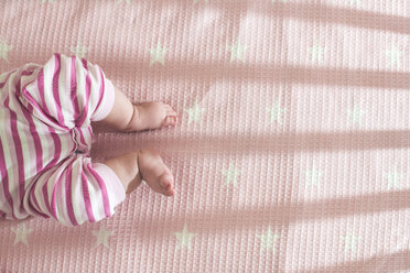 Baby girl lying in a cot, partial view - DEGF000578