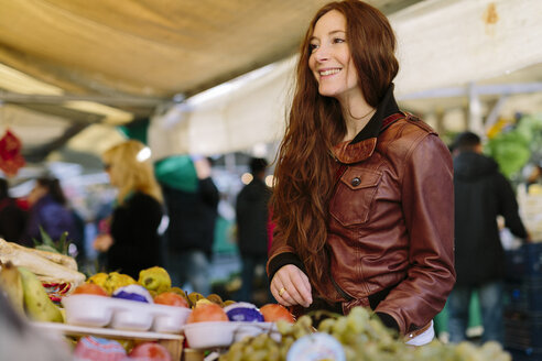 Smiling woman at fruit market - GIOF000477