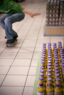 Man skateboarding in a supermarket, partial view - RMAF000242