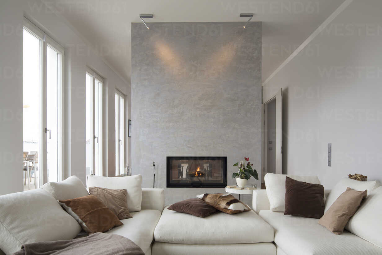 Interior of modern flat, Living room with white couch - FKF001514 - Florian Küttler/Westend61
