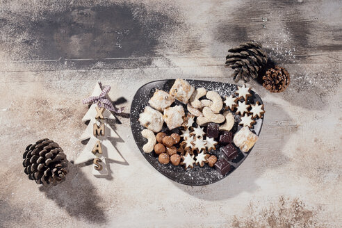 Plate of different Christmas cookies - MAEF011029