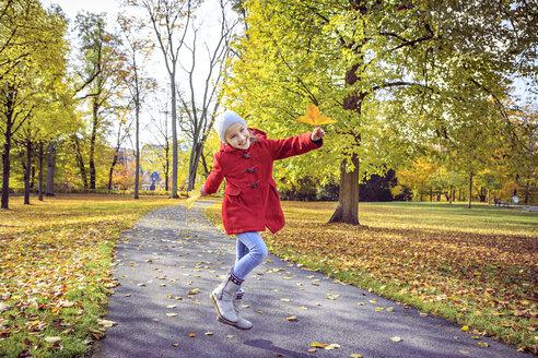 Happy girl in autumnal park - VTF000484