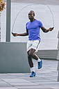 Athlete skipping rope outdoors - MADF000598