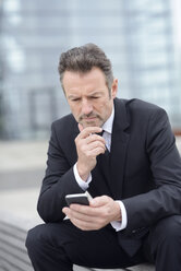 Businessman using smartphone - GUFF000162