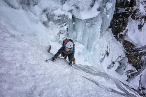 UK, Scotland, Glencoe, Ben Udlaih, woman ice climbing - ALRF000169