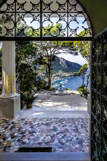 Italy, Capri, gate to the garden of Villa Lysis - WE000423