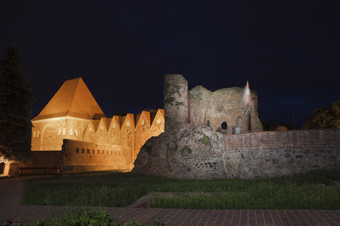 Poland, Torun, view to castle ruins of Teutonic knights at night - ABO000047