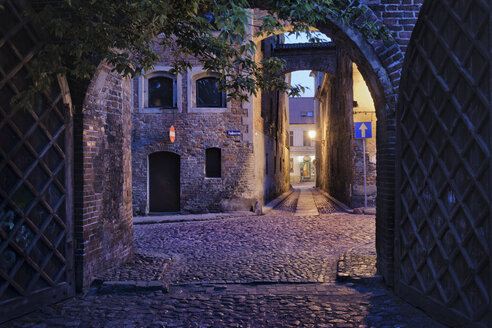 Poland, Torun, alleys at the Medieval Old Town in the evening - ABOF000053