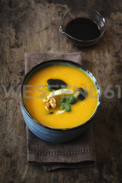 Bowl of vegan creamed pumpkin soup with walnuts and soy sauce - EVGF002524 - Eva Gruendemann/Westend61