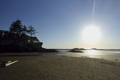Canada, Vancouver Island, Longbeach, Beach house at sunset - TMF000055